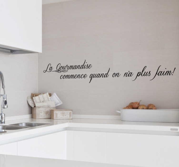 """TenStickers. Sticker citation gourmandise. Sticker texte """"La gourmandise commence quand on n'a plus faim"""", idéal pour décorer les murs de votre cuisine en toute simplicité."""