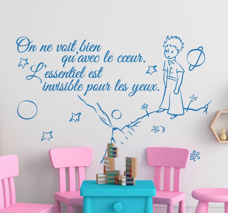 """TenStickers. Sticker citation petit prince essentiel. Sticker texte """"On ne voit bien qu'avec le coeur. L'essentiel est invisible pour les yeux"""", une belle citation tirée du Petit Prince d'Alexandre de Saint-Exupéry."""