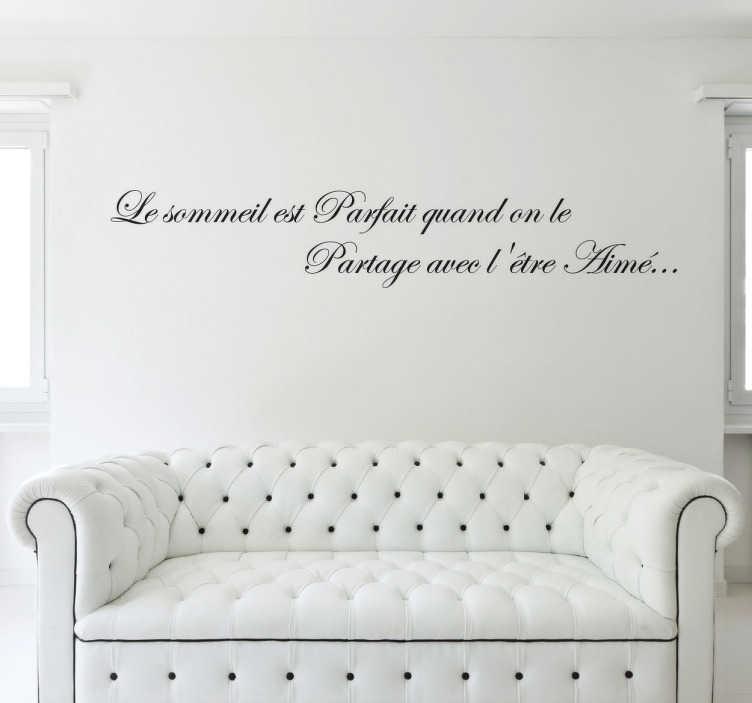 """TenStickers. Sticker sommeil parfait être aimé. Sticker texte """"Le sommeil est parfait quand on le partage avec l'être aimé"""", citation romantique idéale pour une chambre de couple."""