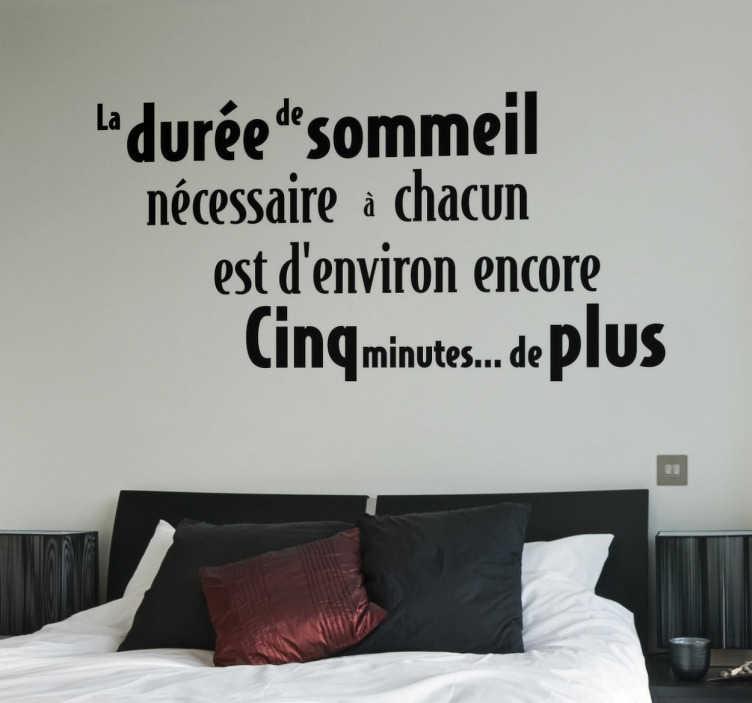 """TenStickers. Sticker citation sommeil. Sticker texte """"La durée de sommeil nécessaire à chacun est d'environ encore cinq minutes de plus"""", citation amusante et idéale pour décorer les murs de votre chambre."""