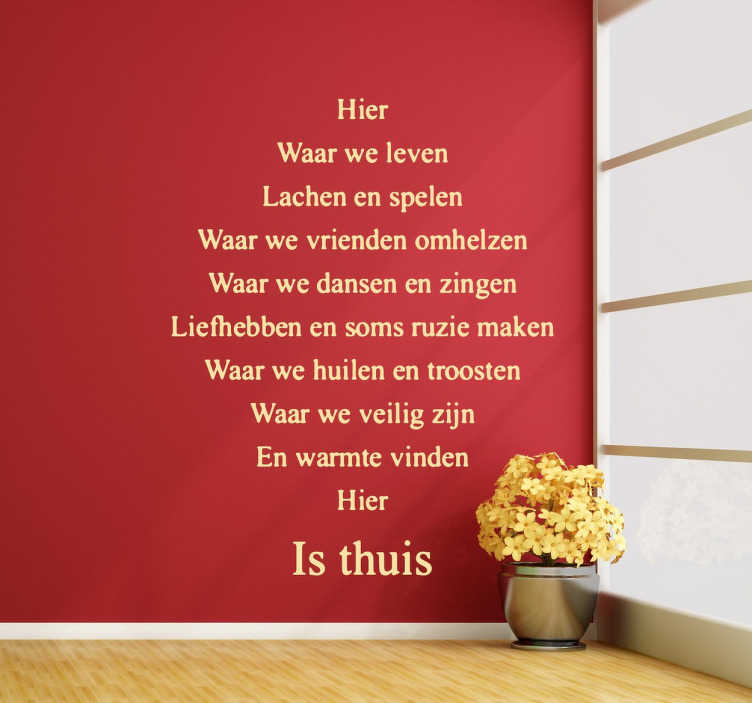 TenStickers. Hier is thuis Nederlandse tekst sticker. Voel je helemaal thuis met deze mooie tekst over thuis zijn! Maak jouw woning liefdevoller en gezelliger met een leuke tekst muursticker.