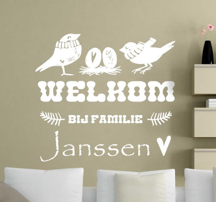 TenStickers. Welkom Tekststicker Wanddecoratie. Met deze muursticker heet u iedereen welkom namens de hele familie! Personaliseerbaar met de eigen familienaam. Snelle klantenservice.