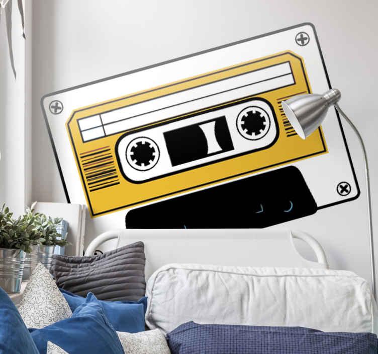 TenStickers. Naklejka dekoracyjna biała kaseta magnetofonowa. Naklejka typowej kasety będącej niegdyś najpopularniejszym nośnikiem dźwieku. Biała kaseta z żółtym wnętrzem i czarnymi elementami.