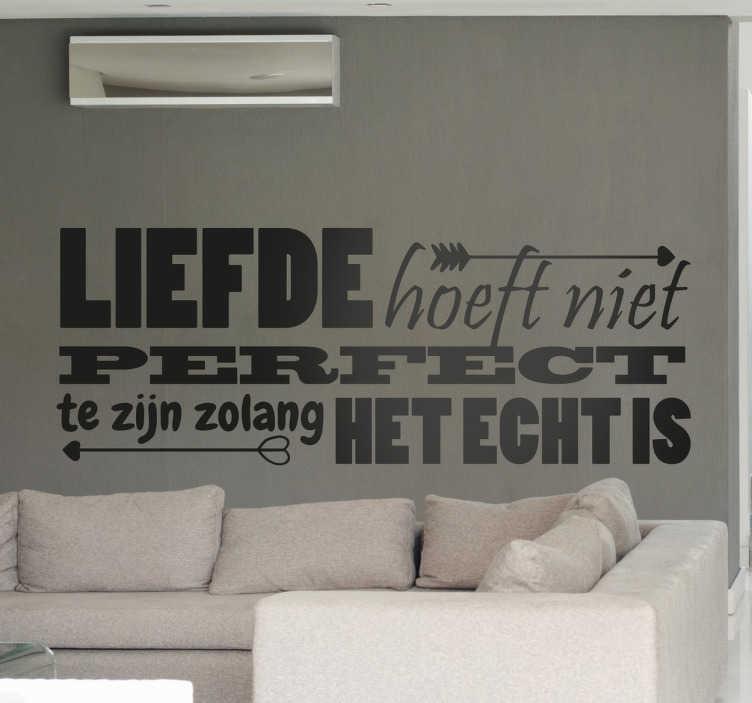 TenStickers. Perfecte liefde sticker. Op deze sticker staat ¨Liefde hoeft niet perfect te zijn zolang het echt is¨! Leuk om de slaapkamer meer romantiek te geven.