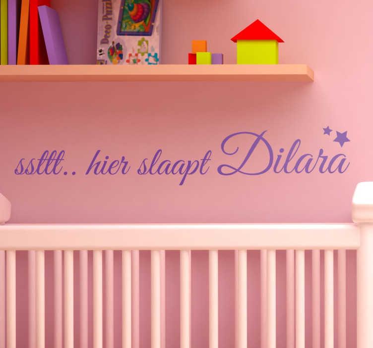TenStickers. Muurstickers tekst kinder naam sticker. Muursticker babykamer! Op deze prachtige hier slaapt sticker staat ¨Ssttt.. hier slaapt¨ Je kunt deze sticker personaliseren als naam sticker.