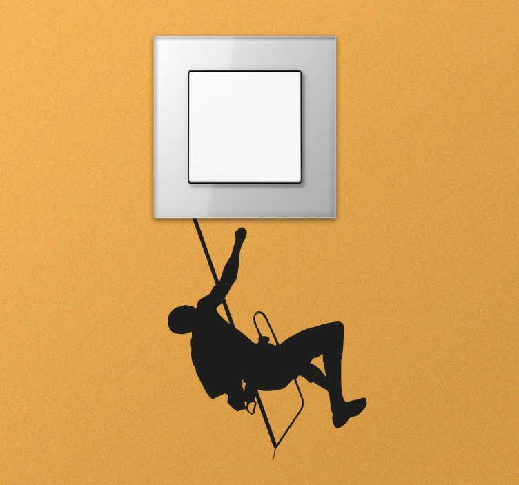 TenStickers. Hængende climber switch klistermærke. Switch decal designet til at konvertere propper og kontakter i dit hjem til noget kreativt og originalt. En monokrom klistermærke perfekt til elskere af bjergbestigning, der ønsker at dekorere ethvert værelse i deres hjem med et lille element baseret på deres hobby.