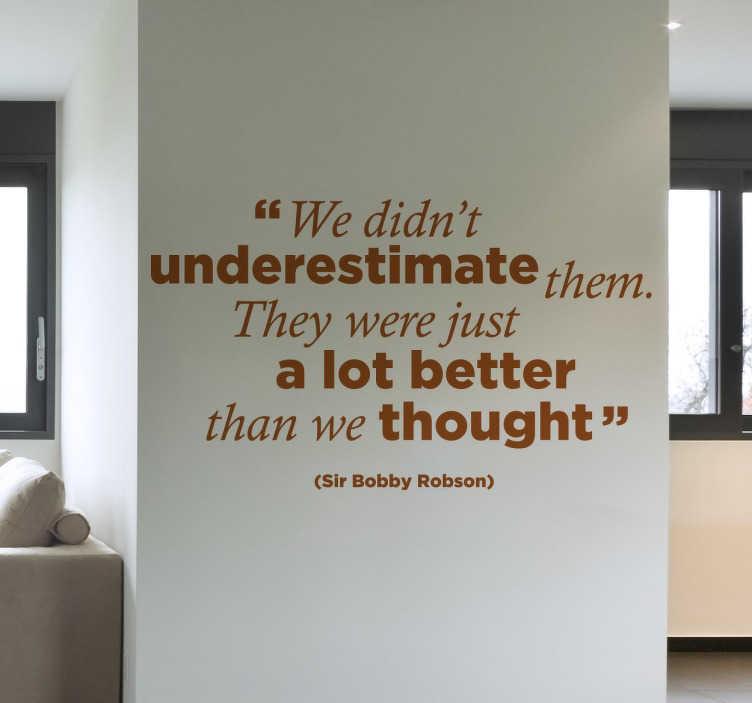 TenStickers. Wandtattoo Bobby Robson. Dekorativer Text Sticker von einem Zitat von Bobby Robson. Dekorieren Sie Ihr Wohnzimmer mit diesem Wandtattoo für eine fröhliche Atmosphäre.