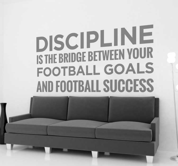 "TenStickers. Motivatiesticker Voor Uw Voetbalsucces. Decoratieve muursticker met de tekst ""Discipline is the bridge between your football goals and football success"". Ervaren ontwerpteam."