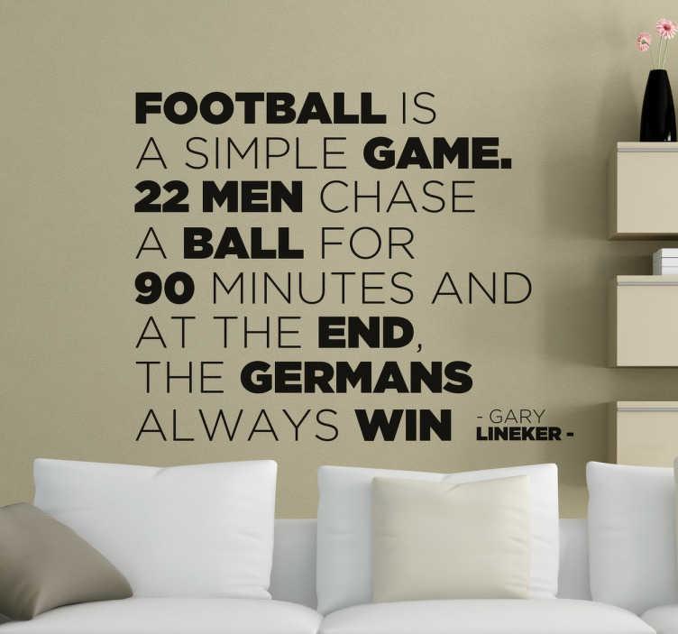 TenStickers. Naklejka Napisy co to jest piłka nożna. Naklejka napis apropo piłki nożnej. Żarcik z Niemców, że to oni zawsze wygrywają w futbol. naklejka dla wszystkich z poczuciem humoru.