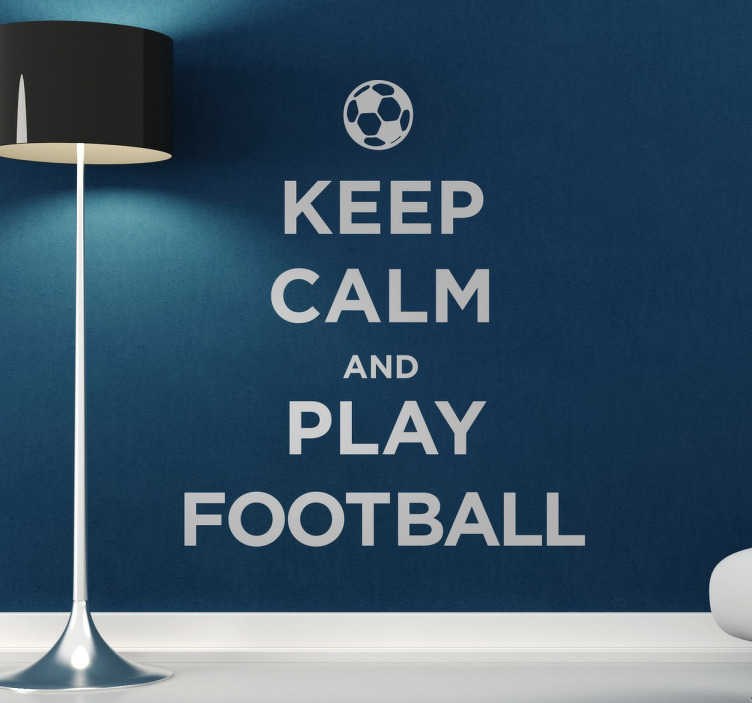 "TenStickers. Sticker mural KEEP CALM AND PLAY FOOTBALL. Autre sticker mural illustrant un phrase de la célèbre collection ""KEEP CALM"", mais cette fois-ci désigné exprès pour les fans de foot !"