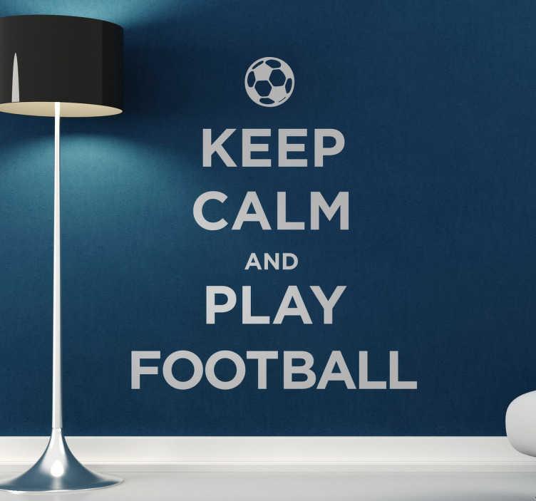 """TenStickers. Sticker mural KEEP CALM AND PLAY FOOTBALL. Autre sticker mural illustrant un phrase de la célèbre collection """"KEEP CALM"""", mais cette fois-ci désigné exprès pour les fans de foot !"""
