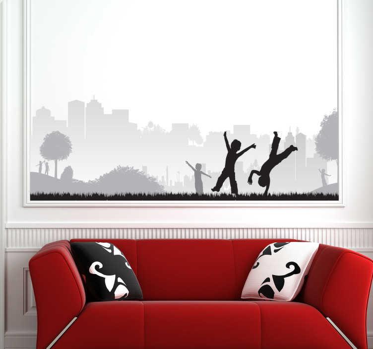 TenStickers. Sticker decorativo bambini al parco. Fotomurale raffigurante le silhouette di vari bambini mentre corrono, giocano e saltano nel parco di una grande città.