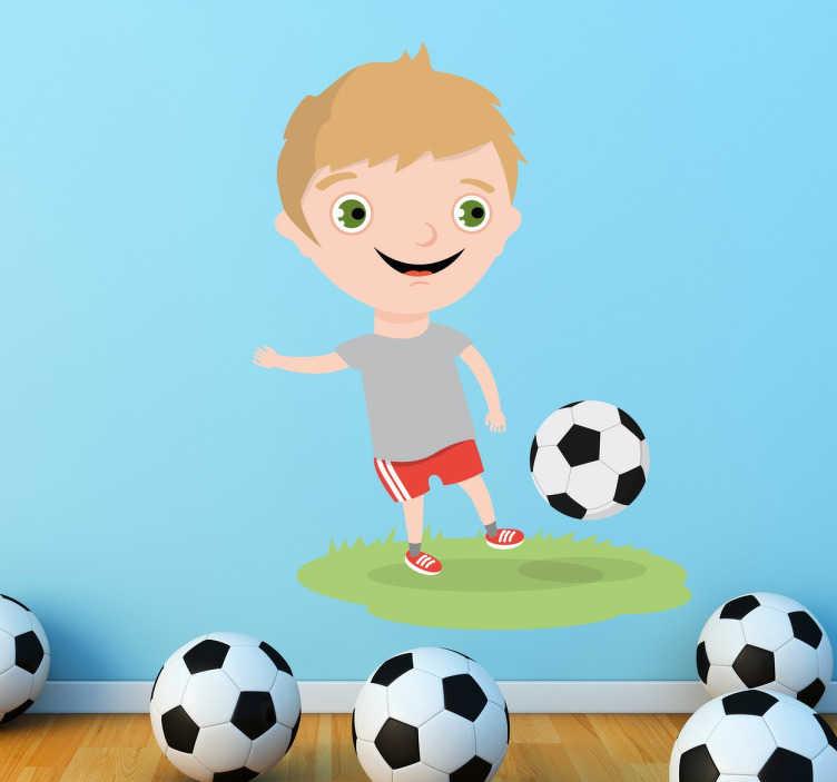 TenVinilo. Vinilo infantil niño campo de fútbol. Vinilos para niños con una alegre ilustración de un futbolista de edad precoz haciendo toques.