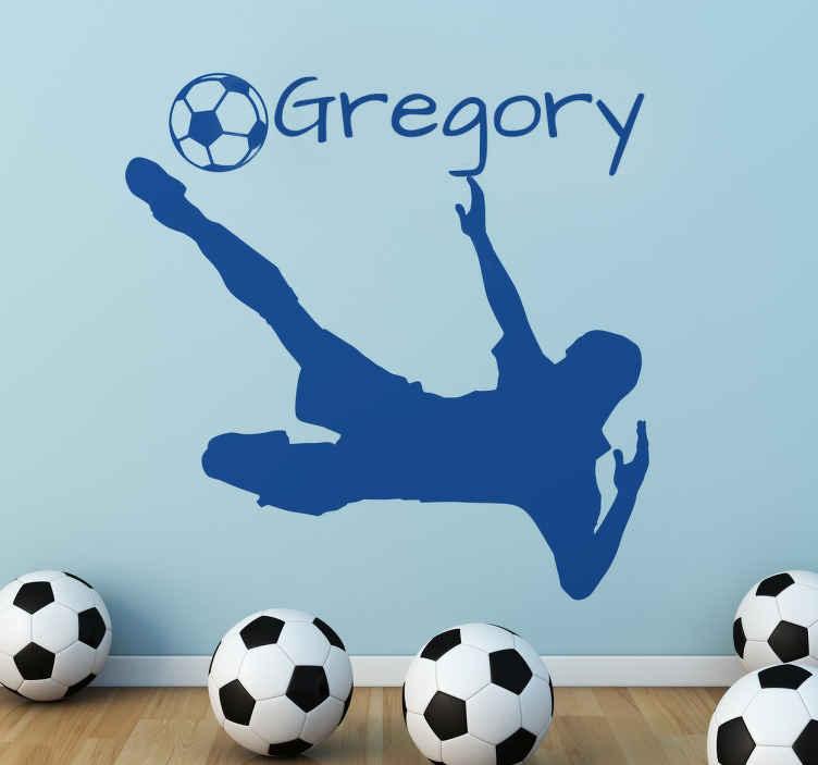 TenStickers. Voetballer sticker gepersonaliseerd. Muursticker voor de jongenskamer, met een jongens silhouet en een voetbal. Verkijgbaar in verschillende maten en keuren. Voordelig personaliseren.