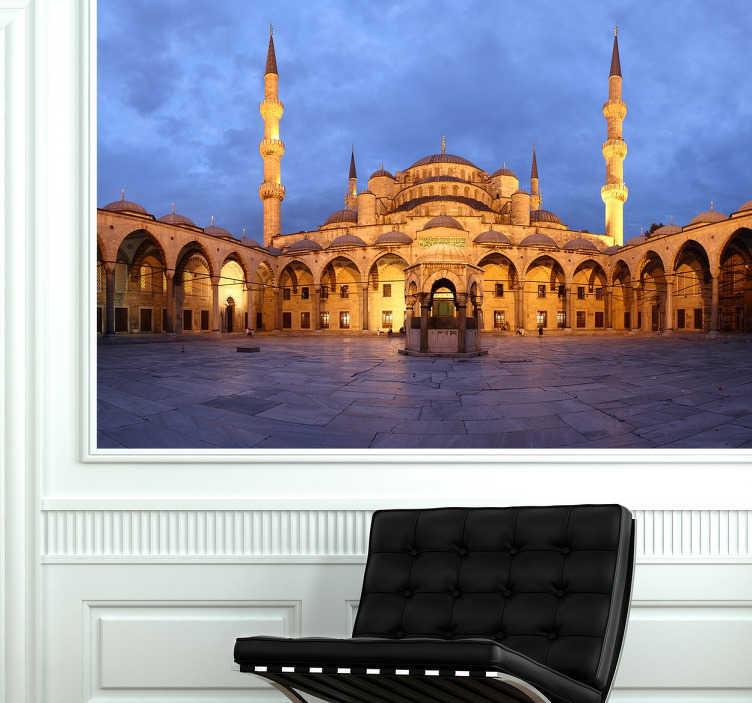 TenStickers. Blauwe moskee Istanbul foto sticker. Één van de bekendste bezienswaardigheden is het Turkse stad Istanbul! Een prachtige foto sticker van de Moskee verlicht in de avond.