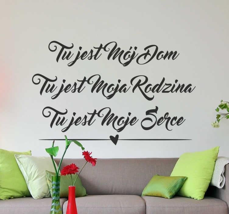 TenStickers. Naklejka z napisem Tutaj jest mój dom. Naklejki na ścianę z napisami nawiązującymi do miłości, rodziny i domu. Wspaniała naklejka do wykorzystania w salonie.
