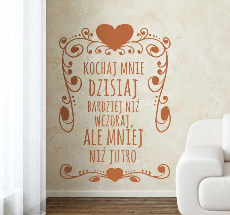 TenStickers. Naklejka z napisem Kochaj mnie dzisiaj. Naklejka romantyczna na ścianę z napisem po polsku, która wniesię romantyczną atmosferę i odrobinę miłości do każdego wnętrza.