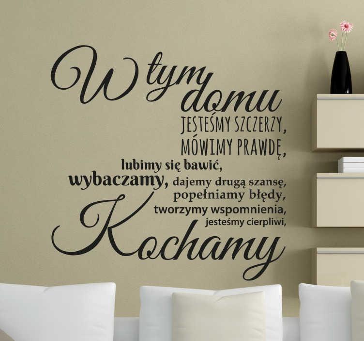 TenStickers. Naklejka z napisem w tym domu. Naklejka na ścianę z napisami  do domu w którym rodzina jest najważniejszą wartością. Naklejki na ścianę, które podkreślą miłość wokół domowego ogniska.