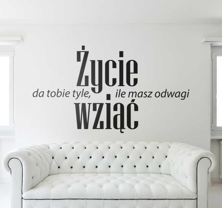 TenStickers. Naklejka na ścianę z napisem odwaga. Naklejka na ścianę z napisem po polsku. Naklejka motywacyjna na ścianę z napisem Życie da tobie tyle ile masz odwagi wziąć.