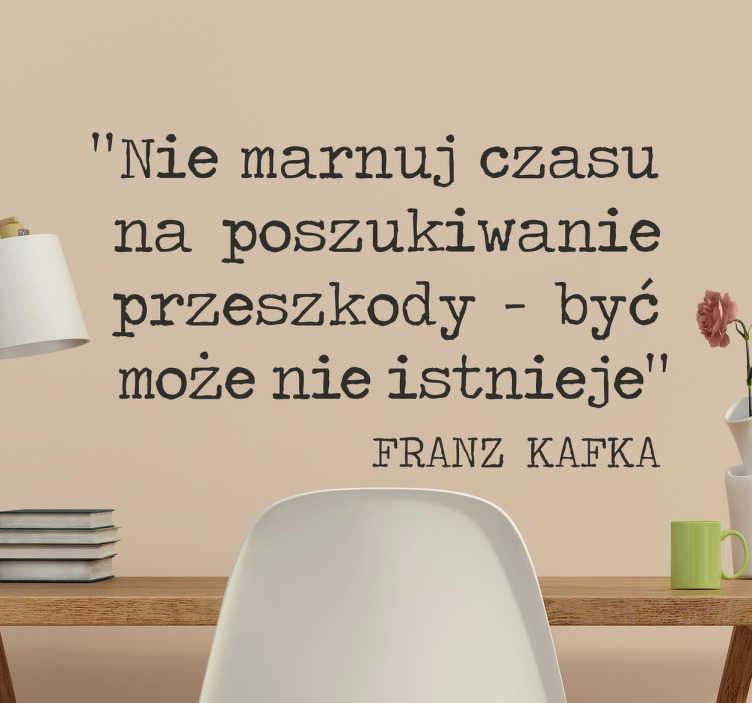 TenStickers. Naklejka z cytatem Kafki. Naklejka na ścianę z cytatem od Franza Kafki, literata niemieckiego pochodzenia żydowskiego. Naklejka, która zmotywuje do nie przejmowania się.