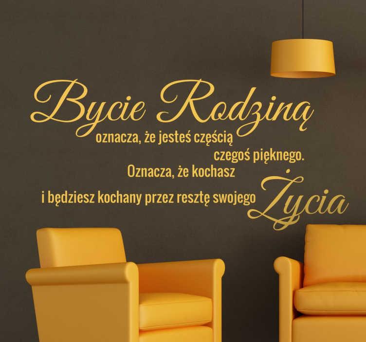 TenStickers. Naklejka z napisem Bycie rodziną.... Naklejka na ścianę z napisami po polsku, mówiący o rodzinie i miłości, którą członkowie rodziny są wzajemnie obdarzani.