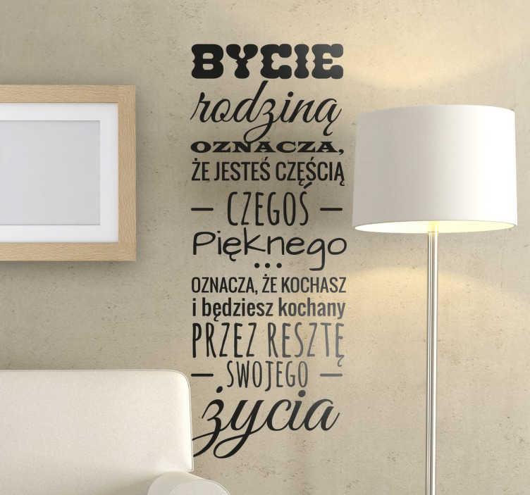 TenStickers. Naklejka z napisem Bycie rodziną oznacza. Naklejka na ścianę z napisem mówiącym o rodzinie i jakie korzyści niesie za sobą bycie rodziną. Wspaniała naklejka,  która odmieni każde wnętrze.