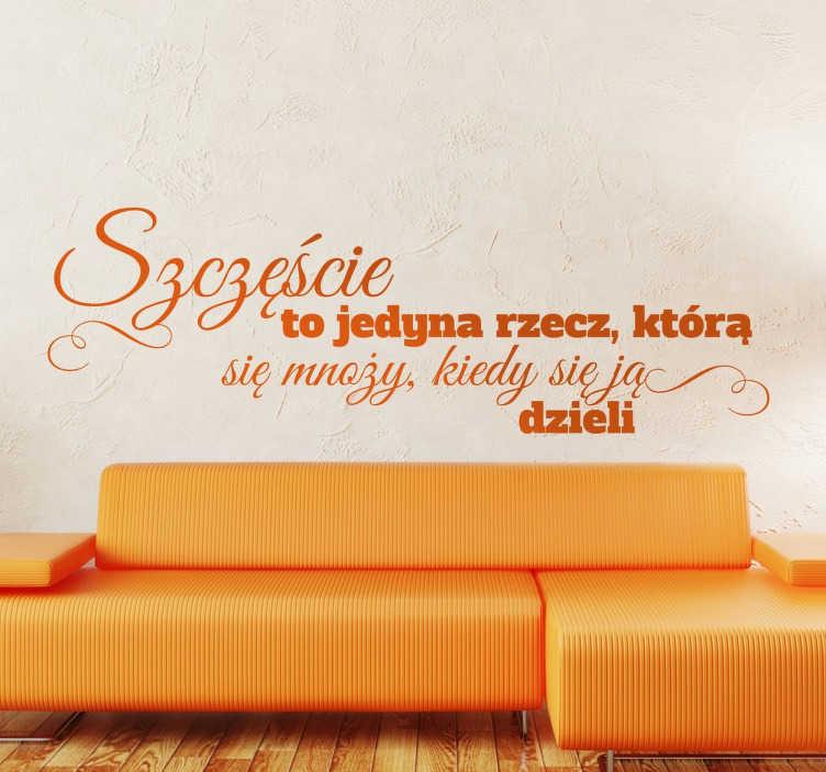 """TenStickers. Naklejka cytat na ścianę polski. Naklejka z napisem """"szczęście to jedyna rzecz, która się mnoży, kiedy się ją dzieli"""" jest idealną dekoracja do salonu albo pokoju."""