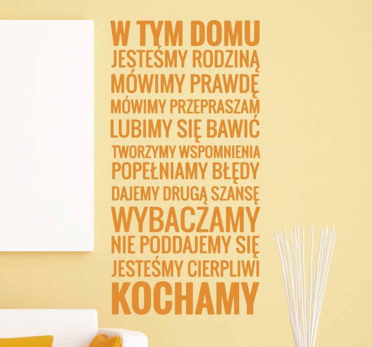 TenStickers. Naklejka z napisem W tym domu jesteśmy.... Naklejka na ścianę z pięknym napisem w związku z domem i rodziną. Napisy na ścianę do przyklejenia na każdą gładką powierzchnię.