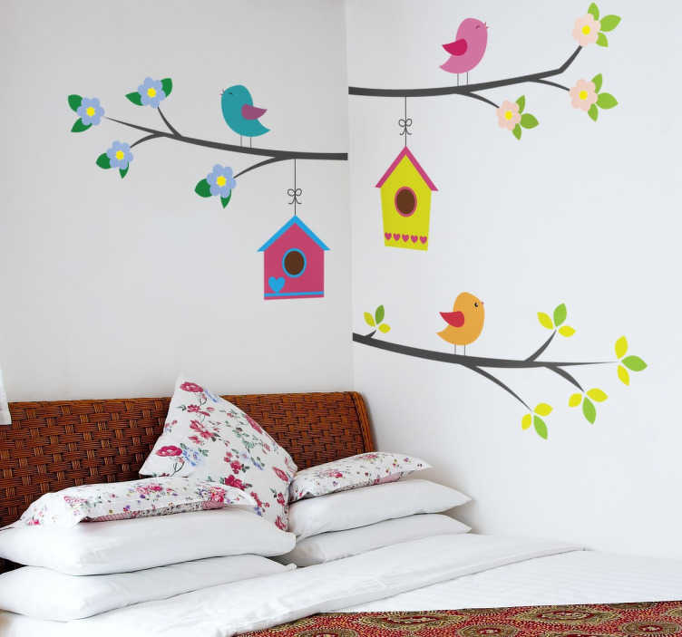 TenVinilo. Vinilo decorativo pájaros en rama. Vinilo decorativo infantil de unas ramas de árbol florecidas donde están puestos unos coloridos pájaros y sus casitas colgando.