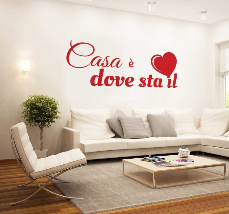 TenStickers. Wall Sticker Casa. Wall sticker decorativo che raffigura la scritta Casa è dove sta il cuore. Siccome è monocolore, puoi sceglierlo in più di 50 colori disponibili