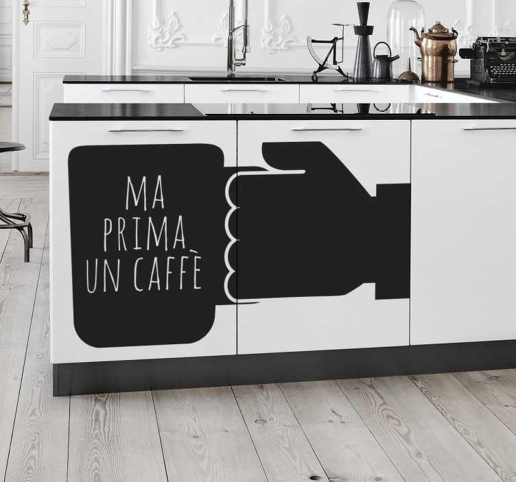 """TenStickers. Sticker Ma Prima un Caffè. Sticker decorativo che raffigura una mano ed una tazza di caffè con la scritta """"Ma prima un caffè""""."""