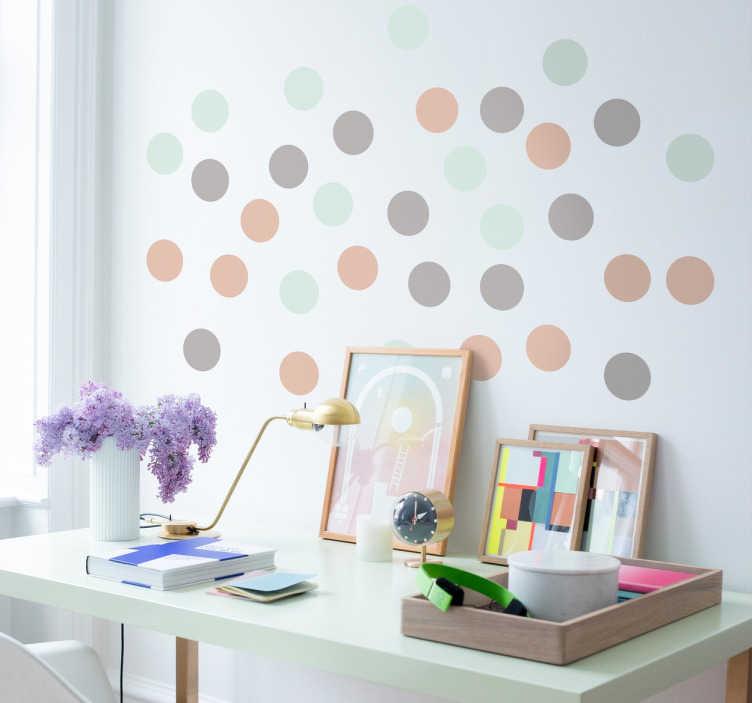 TenStickers. Perstelfarvede cirkler wallstickers. klistermærke ark med pastelfarvede cirkler, i grønne, lyserøde og grålige farver, perfekt til at tilføje et neutralt men effektivt touch til ethvert rum.