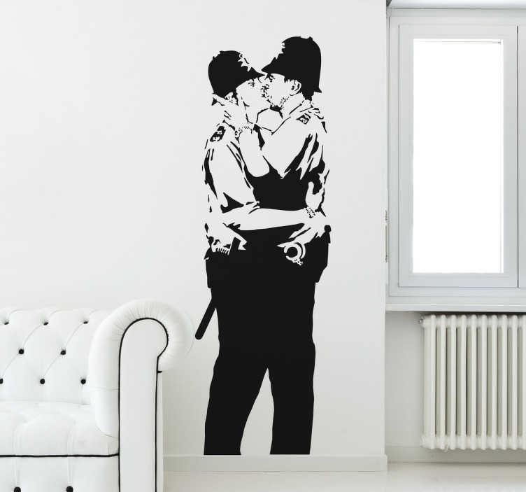 TenStickers. Graffiti Wandtattoo Banksys küssende Polizisten. Wandtattoo von einem der bekanntesten Werke von Banksy. Auf dem Wandtattoo sieht man zwei englische Polizisten, die sich leidenschaftlichen küssen.