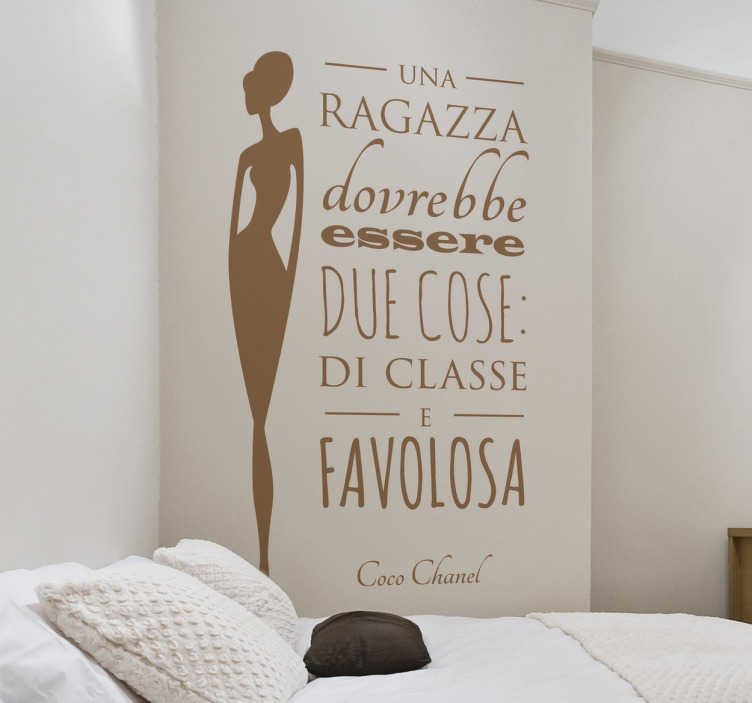 TenStickers. Sticker Coco Chanel. Wall sticker decorativo che raffigura una delle frasi più famose della migliore stilista di tutti i tempi,Coco Chanel.