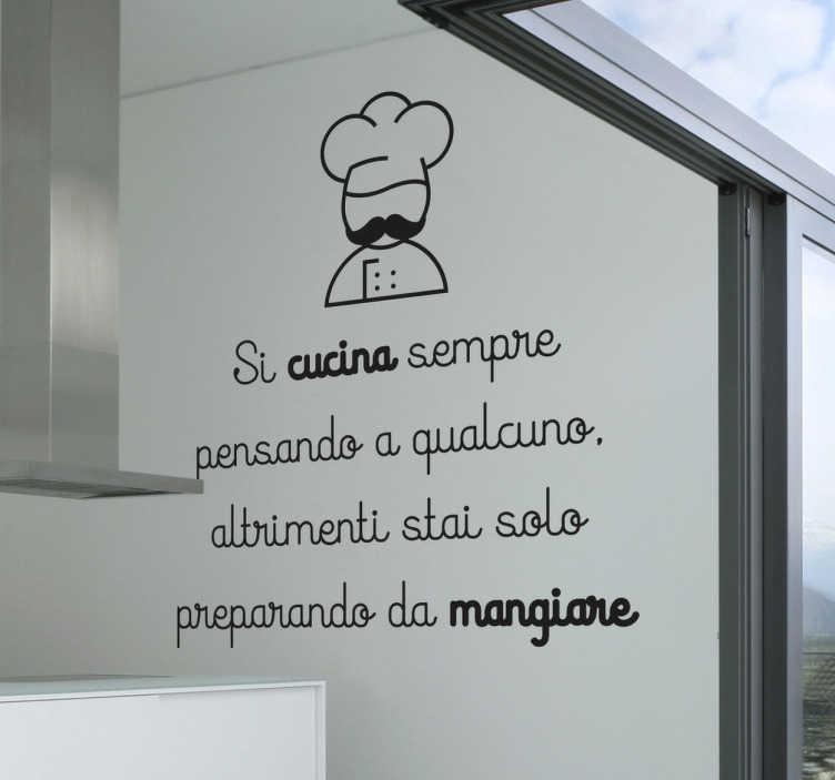 """TenStickers. Wall Sticker Si Cucina Pensando a Qualcuno. Wall sticker decorativo che raffigura la scritta """"Si cucina sempre pensando a qualcuno altrimenti stai solo preparando da mangiare""""."""