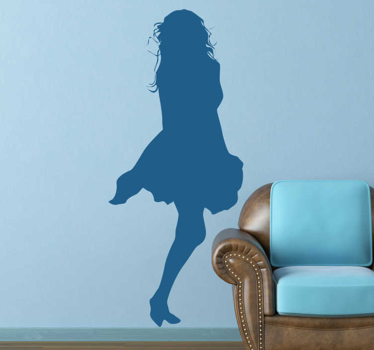 TenStickers. 女士剪影夏季连衣裙贴花. 贴花-剪影一名妇女的例证有长的头发的在一件短的夏天礼服。俏皮感性设计功能非常适合家庭和企业。