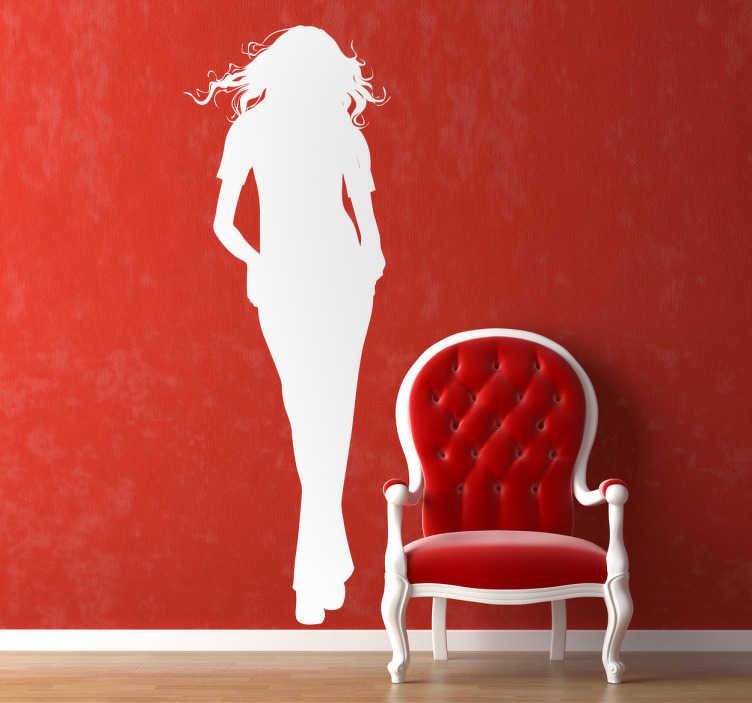 TenStickers. Frau Aufkleber. Dieses Wandtattoo einer Frau mit langen Haaren und den Händen in der Hosentasche ist in vielen Farben und unterschiedlichen Größen verfügbar.