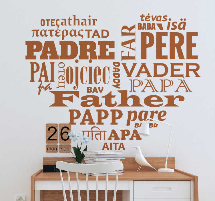 "TenStickers. 아버지의 날 언어 스티커. 심장 모양의 벽 스티커는 다양한 언어로 ""아버지""라는 단어로 가득합니다."