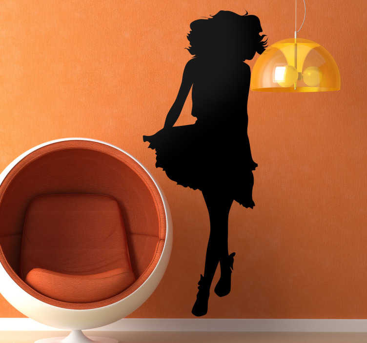 TenStickers. Sticker decorativo silhouette donna 110. Adesivo murale originale che raffigura la silhouette di una giovane ragazza con stivaletti e gonna al vento. Disponibile in varie misure e in 50 colori diversi.