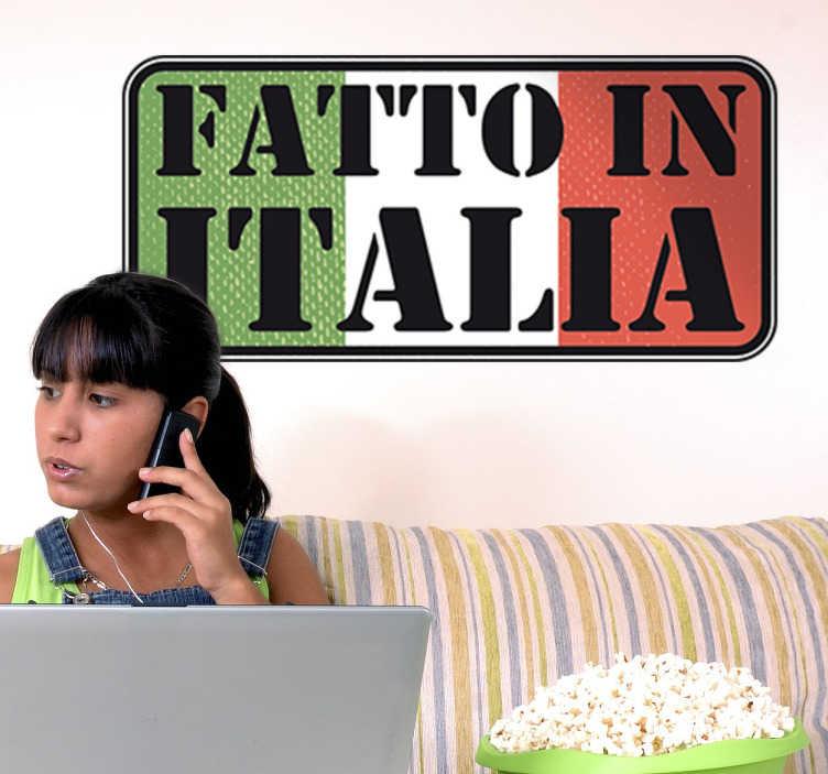 """TenStickers. Sticker Decorativo Fatto in Italia. Wall sticker decorativo molto origiale che raffigura la bandiera del Italia con dentra scritto """"Fatto in Italia""""."""