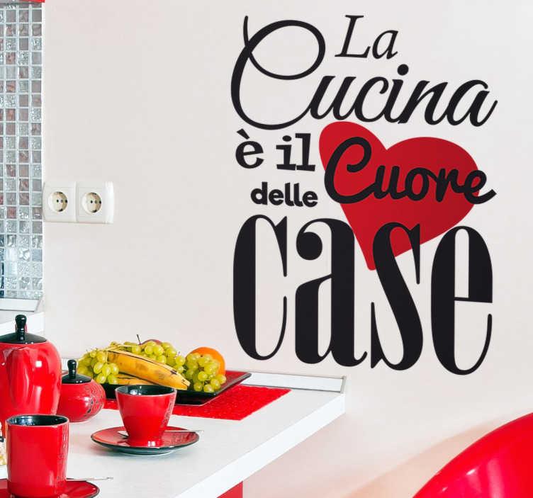 """TenStickers. Wall sticker La cucina è il Cuore. Wall sticker decorativo che raffigura la scritta elegante """"La Cucina è il Cuore delle Case"""" . Disponibile in dimensioni personalizzabili."""