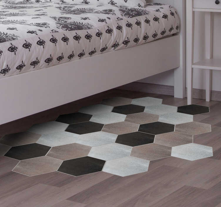 Tenstickers. Grafisk hexagonal kakel klistermärke. Vinylplåt av hexagoner i neutrala färger som passar dina väggar eller golv. Dekorera ditt sovrum med den här uppsättningen golvklistermärken som visar grå, brun och svart hexagoner som du kan ordna på ett sätt som bäst passar din heminredning.