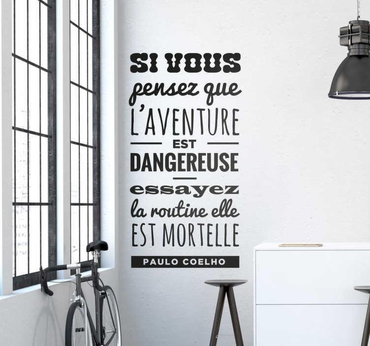 """TenStickers. Sticker mural texte Coelho. Sticker mural de la citation du portugais Paulo Coelho """"Si vous pensez que l'aventure est dangereuse, essayez la routine elle est mortelle."""""""