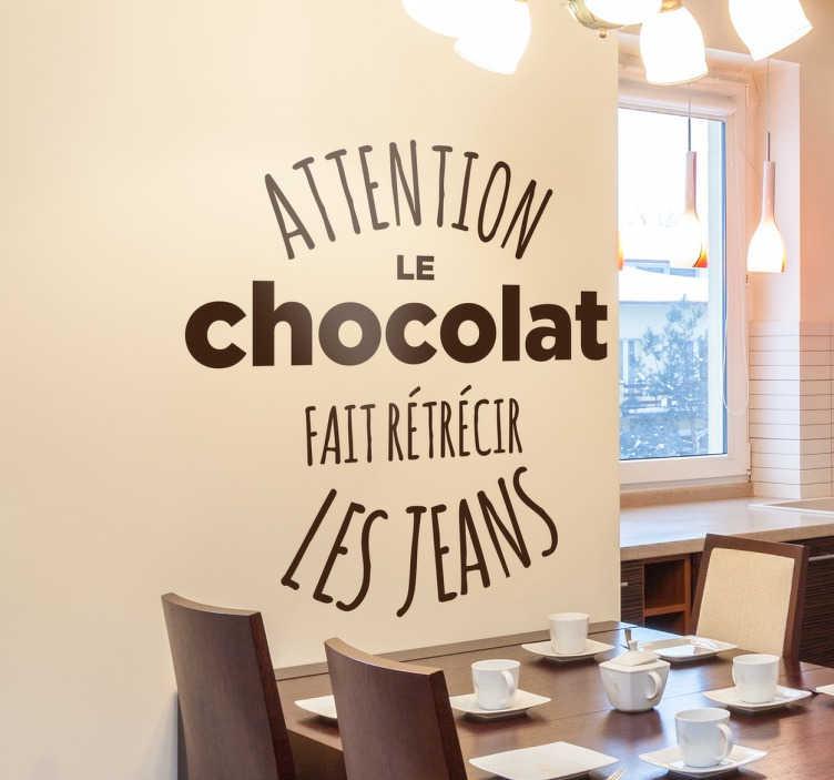 """TenStickers. Sticker jeans chocolat. Sticker texte """"Attention le chocolat fait rétrécir les jeans"""". Réservé à tous les grands amoureux du chocolat qui ne savent pas se contrôler."""