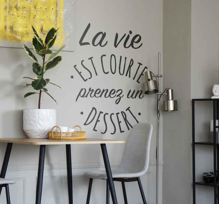 """TenStickers. Sticker la vie est courte prenez un dessert. Sticker texte original et amusant """"La vie est courte prenez un dessert"""". Un sticker phrase qui ravira tous les gourmands, petits et grands !"""