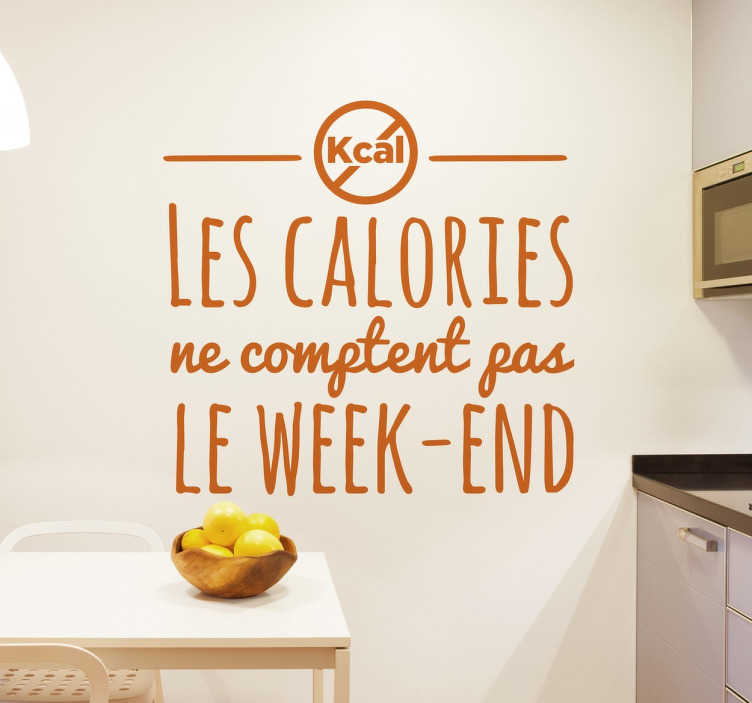 "TenStickers. Sticker texte calories. Sticker texte humoristique ""les calories ne comptent pas le week-end"". Déculpabilisez-vous le temps d'un week-end en vous faisant plaisir !"