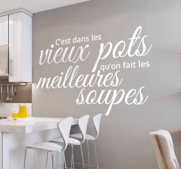 """TenStickers. Stickers mural c'est dans les vieux pots. Sticker texte """"c'est dans les vieux pots que l'on fait les meilleures soupes"""" qui sera parfait appliqué dans votre cuisine."""