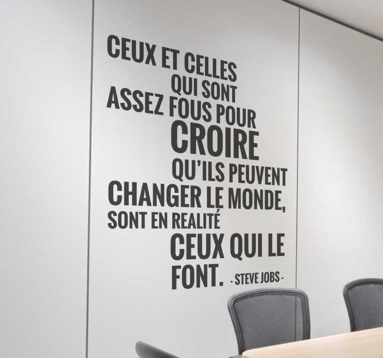 TenStickers. Sticker mural citation steve jobs. Original sticker avec lequel redécorer les murs de votre entreprises et ainsi garder vos équipes motivées à longueur de journée.