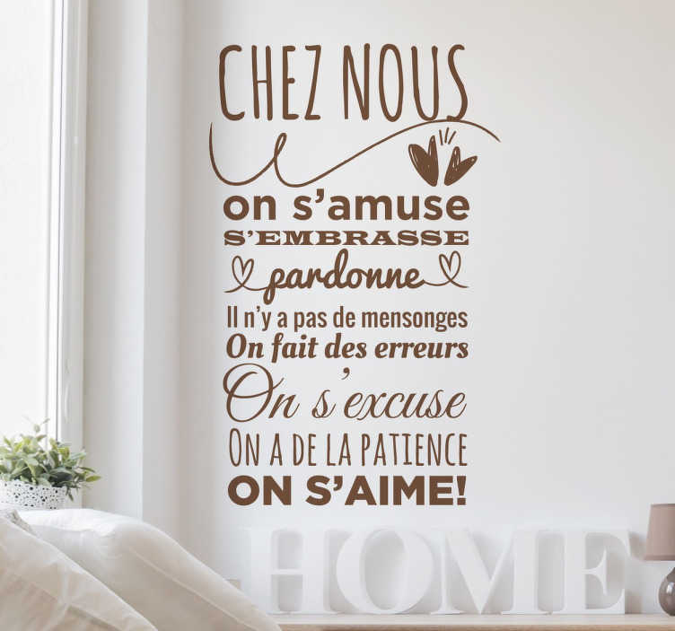 TenStickers. Sticker texte chez nous. Sticker mural texte qui cite tous les bons comportements à avoir pour vivre en parfaite harmonie chez soi !