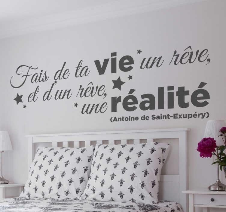 """TenStickers. Sticker texte fais te ta vie une réalité. Sticker texte de la célèbre citation d'Antoine de Saint-Exupéry : """"Fais de ta vie un rêve et d'un rêve, une réalité""""."""